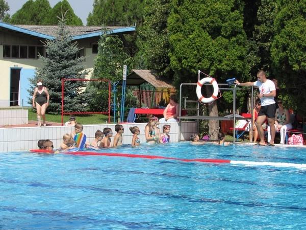 9477db474c A Városi Strandfürdő a szokásoknak megfelelően május 1-től szeptember  közepéig minden korosztály számára alkalmas medencékkel (gyermek, élmény,  strand és ...